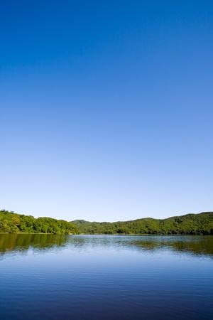 woods lake: Lago blu in serata.