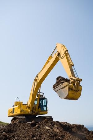 maquinaria pesada: excavadora en una plataforma de trabajo