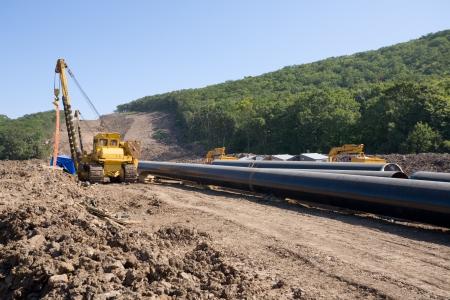 cilindro de gas: Construcci�n de un nuevo aceite pipeline.Machine a las tuber�as de giro (gr�as tendido de) en una construcci�n del gasoducto.