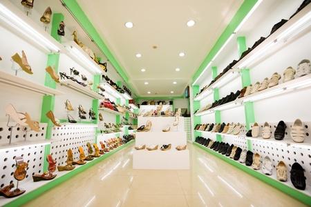 comprando zapatos: de las mujeres y los zapatos de los hombres en una tienda Foto de archivo