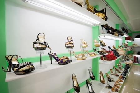 tienda de ropas: Tienda de zapatos. Zapatos de mujer.