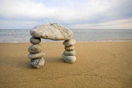 steine im wasser: Zusammenfassung Bogen aus dem nat�rlichen Steinen auf einem Hintergrund des Meeres