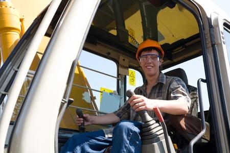 maquinaria pesada: Operador de excavator(dredge) en un sitio de trabajo.