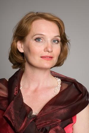 damas antiguas: Retrato de mujer de mediana edad en n�meros rojos.