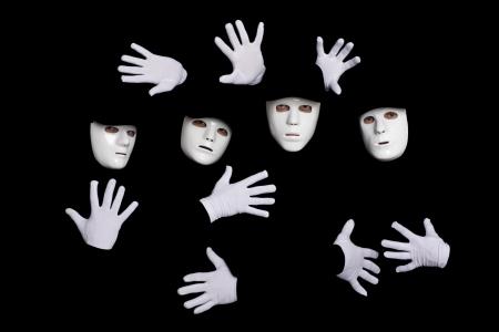 pantomima: Retrato de un equipo de j�venes bailarines de break en m�scaras sobre un fondo negro.