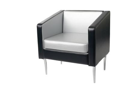 Gris-negro sillón con un estilo moderno aislado en blanco. Foto de archivo