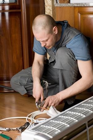 aire acondicionado: Aire acondicionado maestro prepara un nuevo aire acondicionado para instalarse en el apartamento.