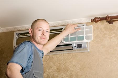 aire acondicionado: Sistema de aire acondicionado del regulador establece un nuevo aire acondicionado en el apartamento. Foto de archivo