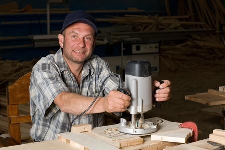 planos electricos: Carpintero trabajando en la producci�n de detalle decorativo.