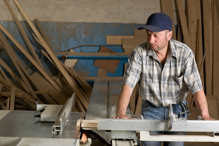Carpenter Arbeiten an Holzbearbeitungsmaschinen in Tischlerei. Standard-Bild
