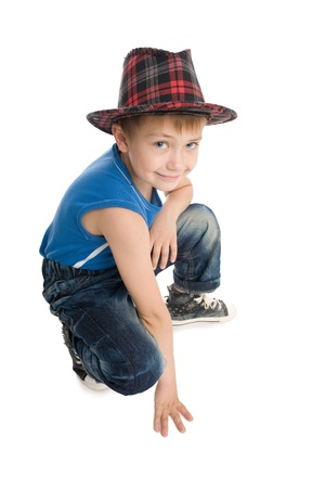 squatting: Stylish Boy sonriendo sobre un fondo blanco.