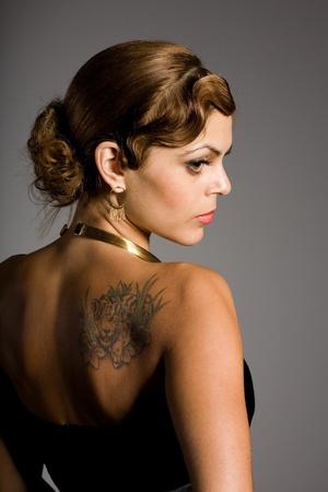 sexy tattoo: Hermosa chica morena con un tatuaje en el hombro.