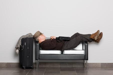 gente aeropuerto: Cansado turista en previsi�n de aterrizaje de las aeronaves (ferry, tren o autob�s). Vuelo debido a las condiciones clim�ticas demora. Esperando pasillo.