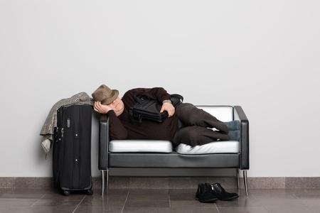 przewidywanie: ZmÄ™czony turysta w oczekiwaniu na lÄ…dowanie statku powietrznego (prom, pociÄ…g lub autobus). Opóźnienia lotu z powodu warunków pogodowych. Oczekiwanie sali. Zdjęcie Seryjne