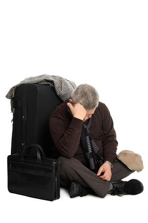 viajero: Cansado de esperar para un aterrizaje hombre maduro en el avi�n sentado en el suelo.