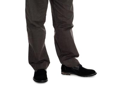 Hose: Elegante Herren-Hosen und Wildlederschuhe.