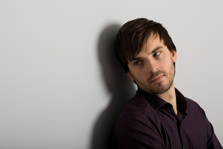 coupe de cheveux homme: Portrait de jeune homme beau regarder d'un c�t�