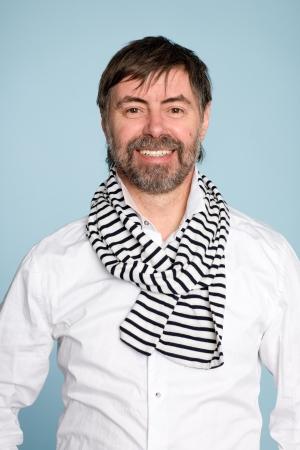 hombre con barba: Sonriente hombre barbudo de mediana edad Foto de archivo