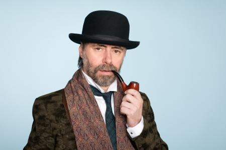 caballeros: Retrato de hombre de mediana edad con un tubo.