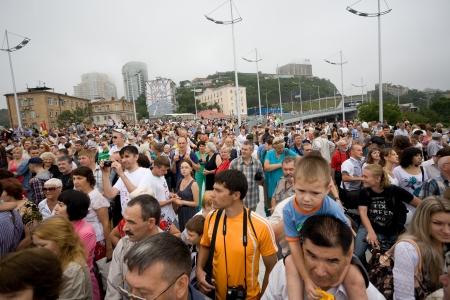 Vladivostok, Russie - 11 ao�t: Les gens c�l�brent l'ouverture du plus grand pont du c�ble � travers le Rog Zolotoy (Corne d'Or) 11 Ao�t 2012, � Vladivostok, en Russie. Longueur Gold Bridge de 1388 m. Banque d'images - 14905355