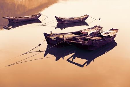 rios: Barcos de pesca chineses tradicionais de madeira sobre o lago. Banco de Imagens