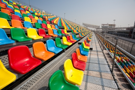 grandstand: Asientos en las tribunas para los espectadores de los coches de carreras