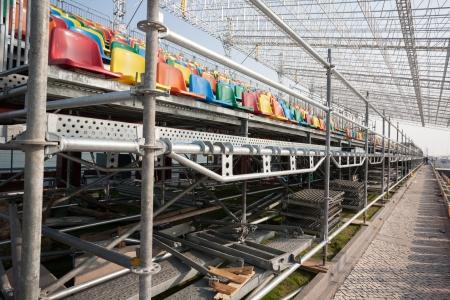 Montage: Montage und Installation der Trib�ne mit Sitzpl�tzen f�r die Zuschauer f�r Rennwagen