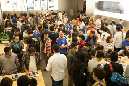 HONG KONG, CHINA - 11. November 2012 Käufer und Verkäufer bei Apple Store in Hong Kong Store ist in einem Einkaufszentrum IFC Mall, es ist sehr beliebt bei Einheimischen und Touristen in Hong Kong