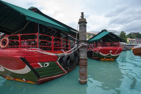 literas: literas turística en barco de cruceros de la orilla en Singapur