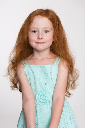 pelirrojas: Niña linda de seis años con su pelo. Foto de archivo