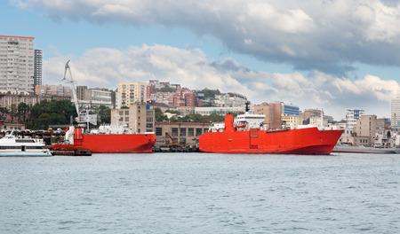 literas: Naves en literas en el puerto de Vladivostok, Rusia. Foto de archivo