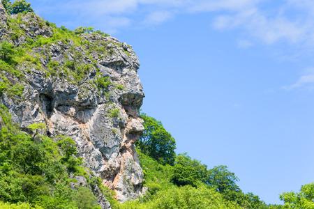 lejano oriente: acantilado natural en la forma de una cabeza humana asignado a la sierra. Extremo Oriente, Rusia. Foto de archivo
