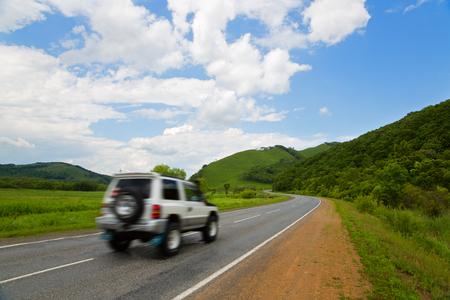 lejano oriente: Coche en movimiento en la carretera al atardecer. Extremo Oriente, Rusia.