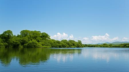 lejano oriente: Río paisaje de verano con el cielo azul brillante y las nubes. Extremo Oriente, Rusia. Foto de archivo