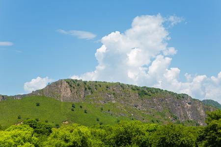 lejano oriente: cordillera contra el cielo azul. Extremo Oriente, Rusia. Foto de archivo