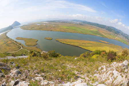 lejano oriente: Vista del Golfo Najodka (nombre antiguo del Golfo de Am�rica) y la ciudad de Nakhodka con una vista de p�jaro. Tomado con una lente de ojo de pez. Extremo Oriente, Krai de Primorie, Rusia. Foto de archivo