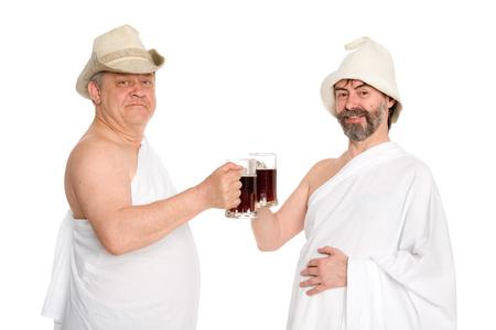 sauna nackt: Joyful M�nner in traditionellen Badeanz�gen trinken kvas - russische Brot Saft. Aus einer Serie von russischen Bad