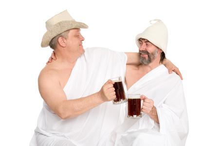 sauna nackt: M�nner in traditionellen Badeanz�gen trinken kvas - russische Brot Saft. Aus einer Serie von russischen Bad.