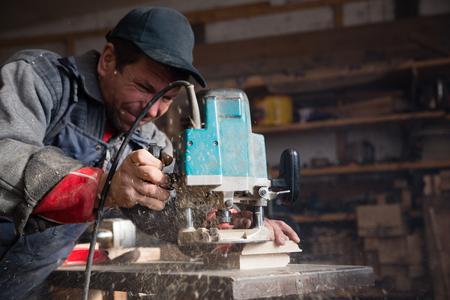 planos electricos: Carpintero fresadora manual de procesa el elemento madera