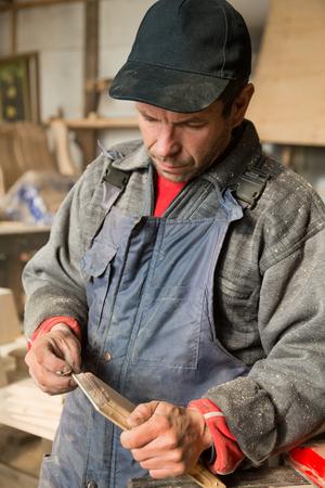 planos electricos: carpintero trabajo, la celebración de un mueble de madera.