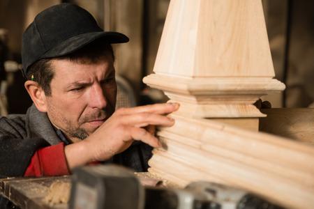planos electricos: Carpintero inspecciona para hacer muebles en el taller de carpintería