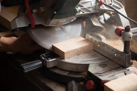 herramientas de carpinteria: m�quina que trabaja con una circulaci�n vio en el taller de carpinter�a.