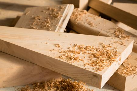 木工ワーク ショップのワークベンチに横に木の棒 写真素材