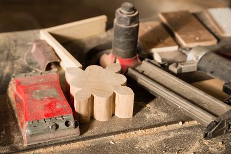 herramientas de carpinteria: Herramientas de carpinter�a - clavar el arma y la lijadora en un banco de trabajo Foto de archivo