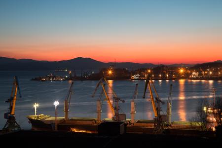 literas: Temprano mañana de invierno en el puerto de Nakhodka. Primorsky Kray, Rusia.