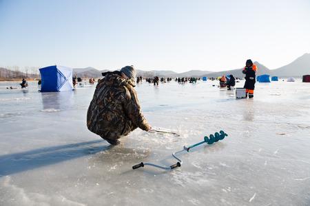 lejano oriente: Los pescadores de captura ol�a en el invierno en el r�o. Krai de Primorie, Rusia Extremo Oriente.