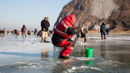 lejano oriente: Fishermen catch smelt in the winter on the river. Primorsky Krai, Far East Russia.