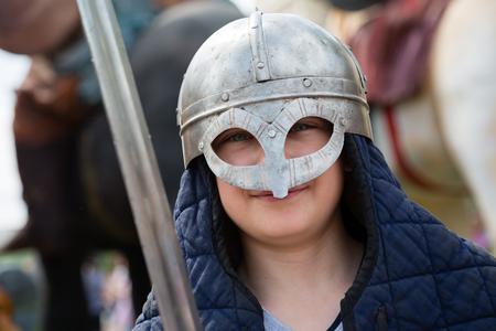 edad media: Muchacho con una espada de hierro con un traje de soldado ruso de la Edad Media Foto de archivo