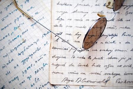poezie: ronde bril op oude brieven Stockfoto