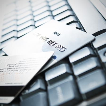 tarjeta visa: Las tarjetas de cr�dito en el teclado, cerca de fotos Foto de archivo